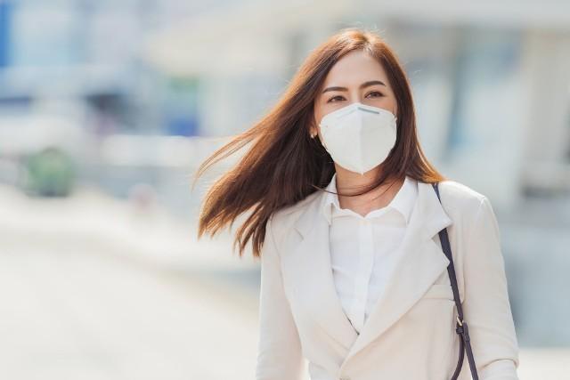 Przez maseczkę ochronną, a także bez niej, należy zawsze oddychać przez nos