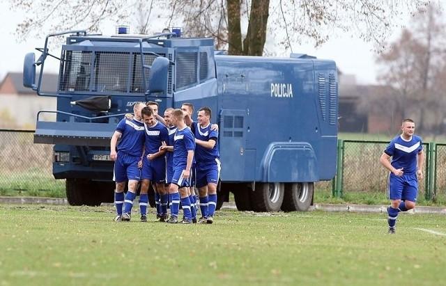 Piłkarze Włókniarza cieszą się po zdobyciu gola w meczu z ŁKS