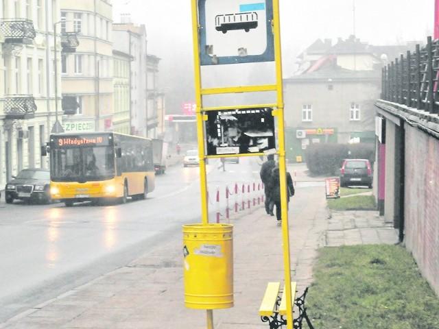 Dlaczego przystanki autobusowe w Koszalinie są brzydkie,  a rozkładów jazdy, jak już są,  nie sposób odczytać? - pytają pasażerowie MZK.