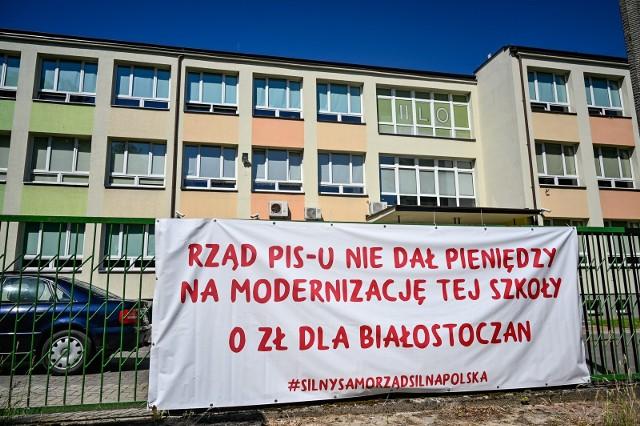Władze Białegostoku ani myślą ściągać plakatów z ogorzenia szkół. Jednak zdaniem radnego powinny to zrobić, bo banery mają wydźwięk polityczny