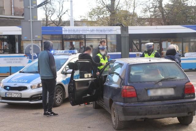 Starszy mężczyzna wyjeżdżając z ul. Dobrzyńskiej nie ustąpił pierwszeństwa fiatowi Uber Taxi.