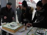 Rynek Kościuszki. Harcerze częstowali białostoczan tortem. Tak świętowali 115. rocznicę urodzin hm. Stanisława Moniuszki (zdjęcia)