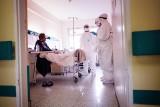 Jak wygląda praca w szpitalu covidowym? Byliśmy z aparatem na oddziale internistycznym. Sprawdź na zdjęciach, co tam zobaczyliśmy [GALERIA]