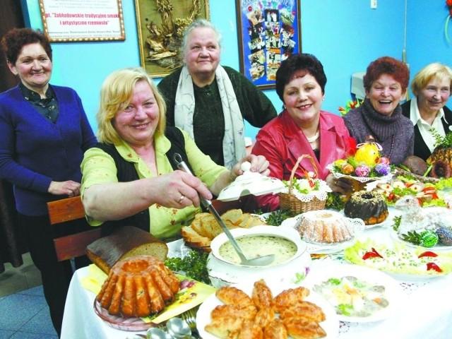 Żurek na własnoręcznie zrobionym zakwasie i białej kiełbasie, domowy chleb, ciasta, wędliny - tak przygotowują święta panie ze Stowarzyszenia Barwa. W środku szefowa Danuta Bagińska.