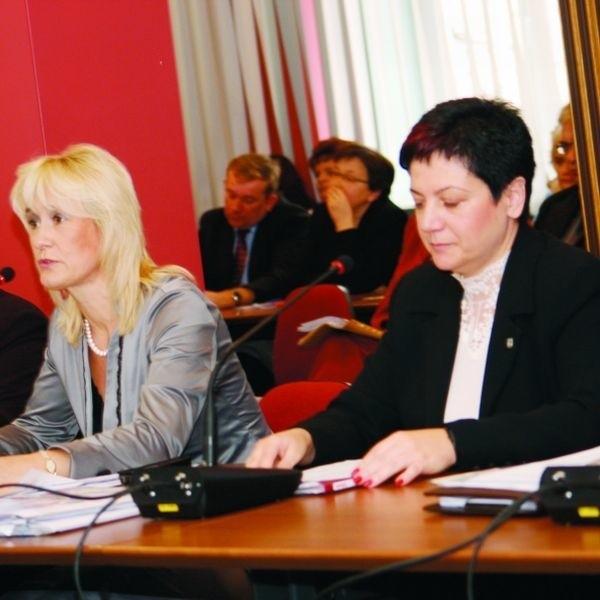 Przeciw połączeniu szkół głosowała m.in. radna Bogumiła Olbryś ( z lewej). Jednak większość i tak przychyliła się do stanowiska Alicji Agaty Gołaszewskiej z Komisji Edukacji, Kultury i Sportu.