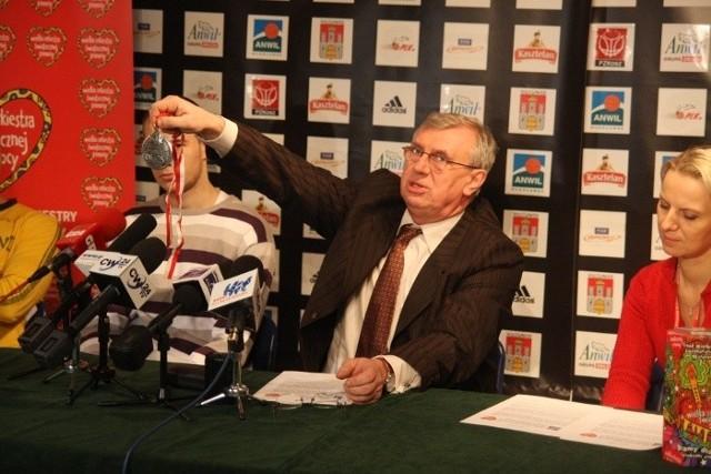 Zbigniew Polatowski prezentuje srebrny medal z sezonu 2001/2002, jeden z przedmiotów przekazanych na aukcję