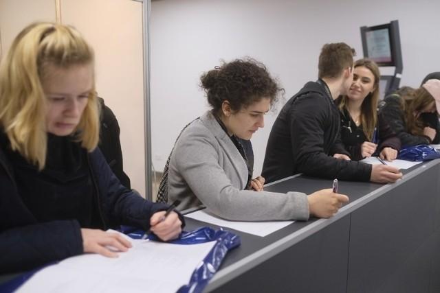 Dni Kariery to studenckie targi pracy, praktyk i staży dla studentów i absolwentów. Jedne z największych targów pracy odbyły się w Auli UMK w Toruniu. To był dzień skierowany do młodych ludzi, którzy byli zainteresowani swoją przyszłością zawodową.