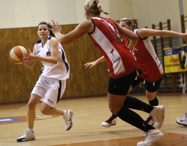 Olga Włodarz (z piłką) nie pomoże swoim koleżankom w Gdyni.