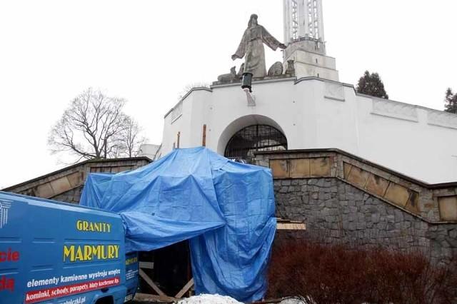 Pomnik poświęcony ofiarom katastrofy smoleńskiej jest jeszcze osłonięty
