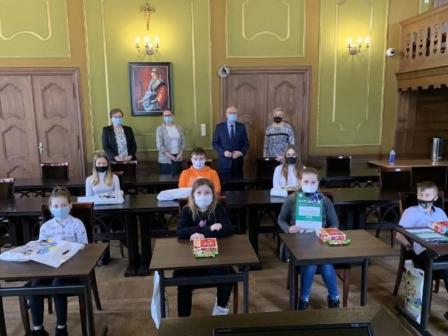 """Burmistrz Bytowa Ryszard Sylka, wręczył 18 uczniom ze szkół podstawowych w Bytowie i Gostkowie dyplomy i nagrody przyznane przez biuro Fundacji """"Zachowaj Trzeźwy Umysł""""."""