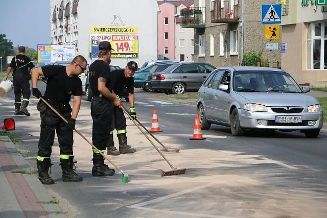 Olej usuwało z jezdni ponad 20 strażaków zawodowych i ochotników.