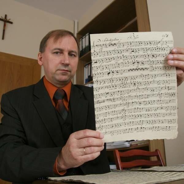 Dr Remigiusz Pośpiech z rękopisem litanii Maximiliana Kellera. Dokument pochodzi z kościoła seminaryjnego w Nysie.
