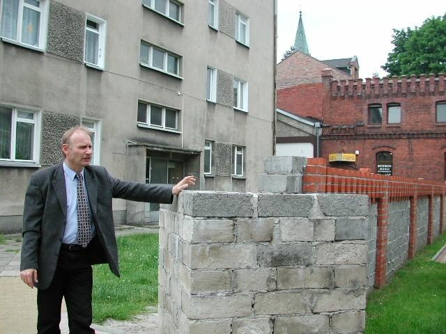 - Murek, który miał zdobić ulicę, niszczeje i tylko ją szpeci. A wszystko przez dwóch urzędników! - mówi Krzysztof Dydyna.