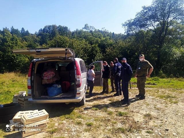 Obcokrajowcy rozbili obóz na prywatnym terenie w Zdyni i bez zgody Lasów Państwowych zbierali grzyby na skalę przemysłową. Sprawą zajęła się policja i straż graniczna