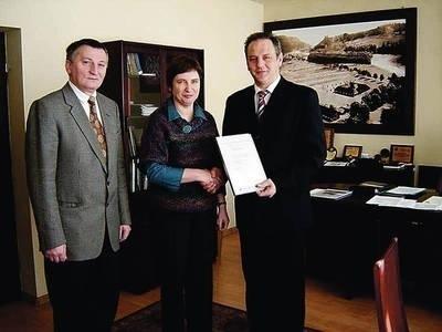 Dyrektor ZSE - Marta Sokołowska, odbiera gratulacje starosty Krzysztofa Fabera i członka Zarządu Powiatu Bogusława Waksmundzkiego For. Z ARCHIWUM STAROSTWA NOWOTARSKIEGO
