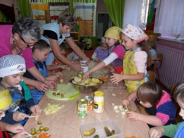 Przedszkolaki przygotowują sałatkę jarzynową.