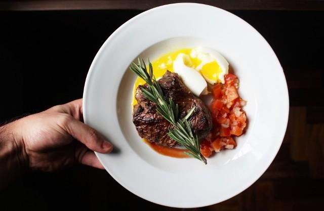 Dieta paleo polega na jedzeniu głównie mięsa i warzyw. Inaczej nazywana dietą paleolityczną lub dietą człowieka epoki kamiennej.