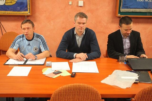 Marek Waniek (z lewej), który przyjechał na zaproszenie Pawła Wojtali i Rafała Ulatowskiego opowiadał o szkoleniu młodych piłkarzy