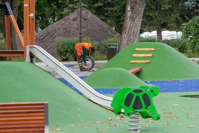 W parku Witosa powstaje właśnie nowy plac zabaw dla dzieci.