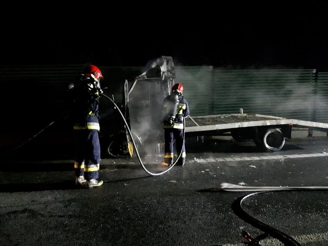 W Machowej w pow. dębickim trwa akcja gaśnicza samochodu typu bus-laweta. Jak informuje policja  droga jest całkowicie zablokowana. Trwa akcja gaśnicza.Nikt nie doznał obrażeń. POPULARNE NA NOWINY24:
