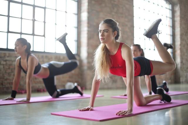 Kobiety robiące ćwiczenia na uda i pośladki