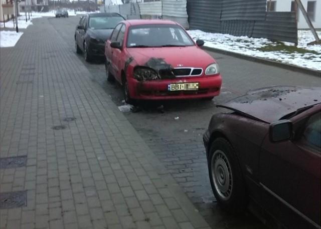 Auta znajdowały się metr od siebie. Ogień w palący się w jednym uszkodził dwa pozostałe.