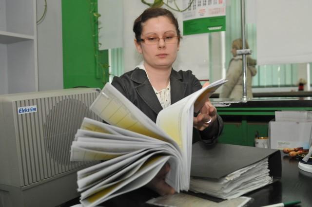 Aleksandra Siech, stażystka w PUP, każdego dnia przyjmuje po kilka, a nawet po 30 wniosków od rejestrujących się bezrobotnych.