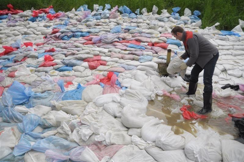 W 2010 roku wał tylko dzięki uporowi i pracy setek ludzi wytrzymał napór wody.