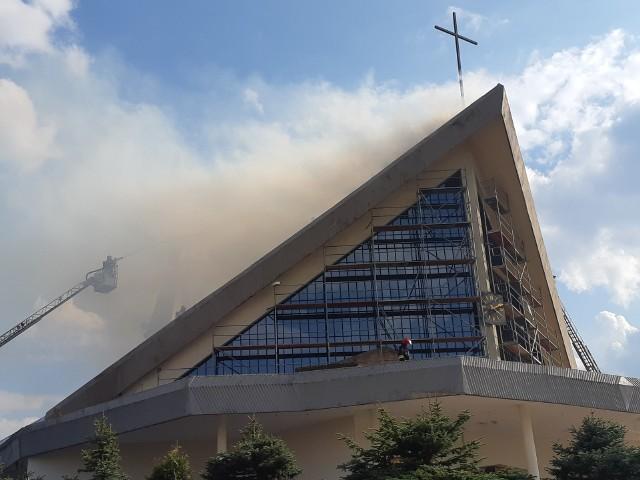 Wczoraj doszło do pożaru dachu Kościoła pw. św. Maksymiliana Marii Kolbego. Pożar gasiło 18 zastępów straży pożarnej. Po prawie 5 godzinach udało się skutecznie zakończyć akcję.