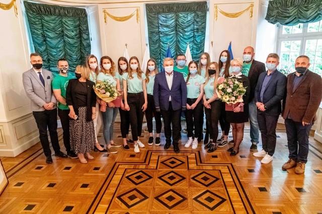 Prezydent  Białegostoku Tadeusz Truskolaski pogratulował siatkarkom BAS KB Białystok awansu do I ligi