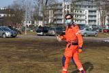 Wstyd! Pilot śmigłowca LPR musiał zbierać śmieci w Kostrzynie, bo skwer w centrum miasta był tak zaśmiecony, że zagrażał bezpieczeństwu
