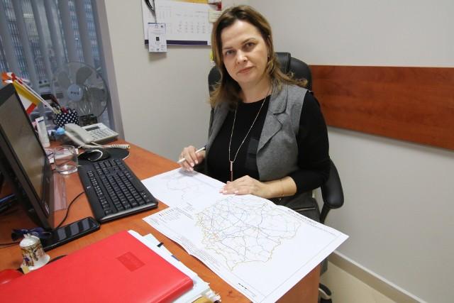 Anna Grzela, zastępca dyrektora Wojewódzkiego Zarządu Transport, prezentuje kolejową mapę remontów i objazdów.