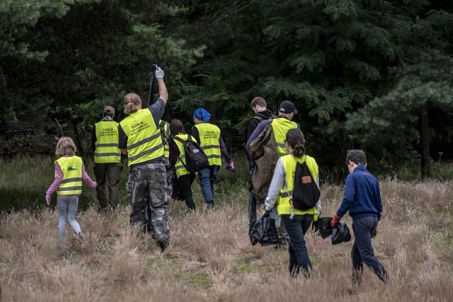 Co drugi tydzień grupa śmiałków przemierza Wielkopolski Park Narodowy w poszukiwaniu śmieci. Kilkanaście osób z samego rana, nim tłum turystów zacznie korzystać z uroków lasu, zakasuje rękawy, zakłada rękawiczki i bierze do ręki worki. Co znajdują w lesie? Śmieci jest bez liku, zobacz na zdjęciach. Przejdź dalej --->