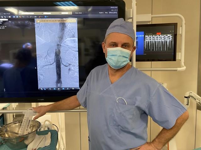 Prof. dr hab. n. med. Łukasz Dzieciuchowicz podczas operacji wszczepienia stentgraftu. To nowatorski sposób niesienia pomocy chorym pacjentom.