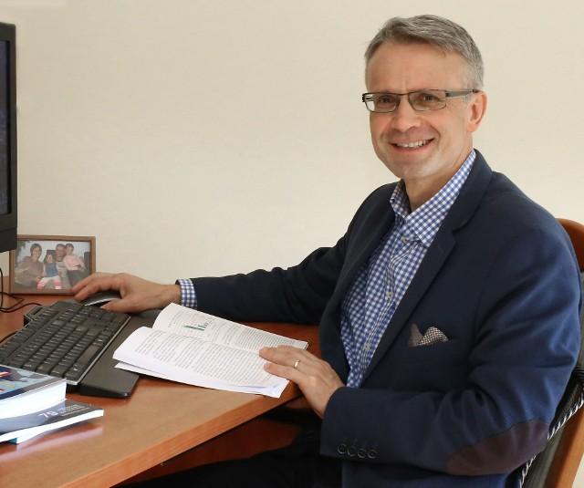 Sławomir Pastuszka - doktor habilitowany w dziedzinie nauk ekonomicznych, profesor Uniwersytetu Jana Kochanowskiego w Kielcach.