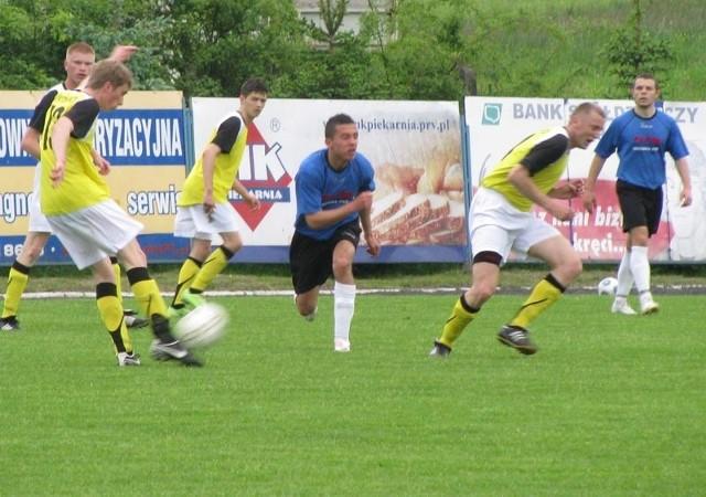 Piłkarzom Błękitnych (żółte koszulki) zabrakło w pierwszej połowie koncentracji i zostali za to skarceni trzema trzema bramkami.