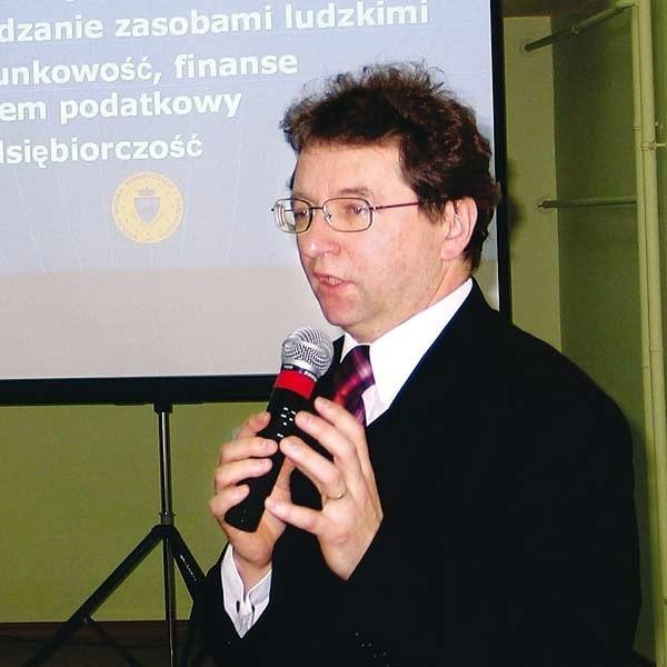 - Nieustanne dokształcanie się to norma w krajach zachodnich - mówi dr Mirosław Kurek z WSAiZ w Przemyślu, nz. z prawej. Obok E. Szymkowska i W. Skorupa.