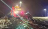 Wypadek w Kępie koło Szamotuł. Utknęła samochodem na torach i wjechał w nią pociąg - zobacz zdjęcia