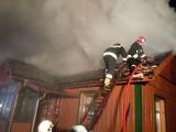 Wodźki. Osiem zastępów straży pożarnej przez kilka godzin gasiło pożar domu [ZDJĘCIA]