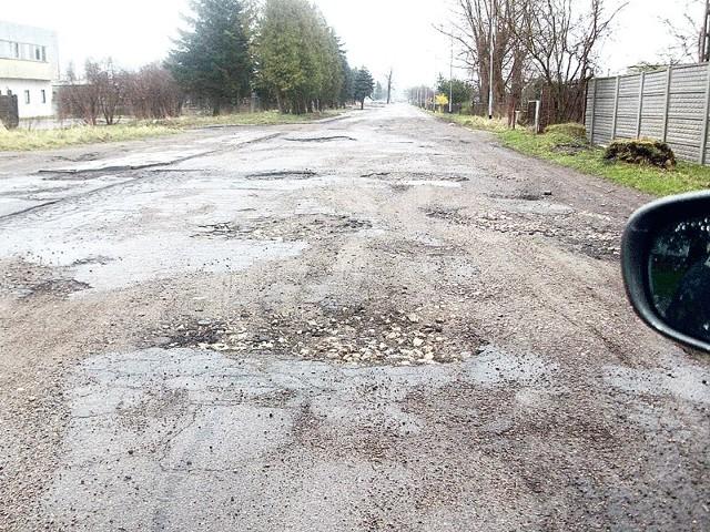 Zdewastowana ul. Królowej Jadwigi w Białogardzie. Burmistrz miasta zapewnił wczoraj, że w ciągu kilku dni przyjedzie tu ekipa remontowa i drogę naprawi.