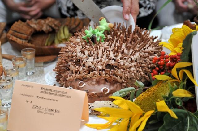 Takie ciasta jak to - w formie jeża - gościły już kilka wieków temu na ucztach książąt i biskupów - mówi Biruta Zimnicka z Puńska, twórczyni ciasta.