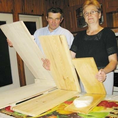 Przy produkcji klinków wykorzystuje się tzw. praski. Do przygotowania rekordowej wielkości sera służyła praska, którą na zdjęciu prezentuje Romuald Lewicki, mąż pani Walentyny.
