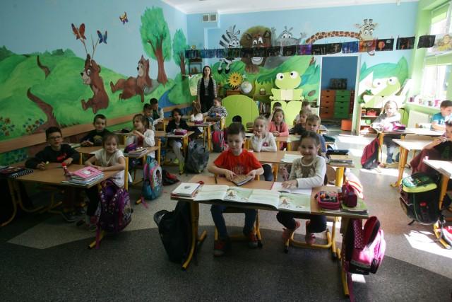 Rada Miasta Poznania dokonała zmian obwodów publicznych szkół podstawowych. Nowa siatka szkół będzie funkcjonowała od września 2020 roku. Zmiany dotyczą 13 szkół. Przejdź do galerii i sprawdź, do której szkoły będzie chodziło twoje dziecko. Przejdź dalej--->