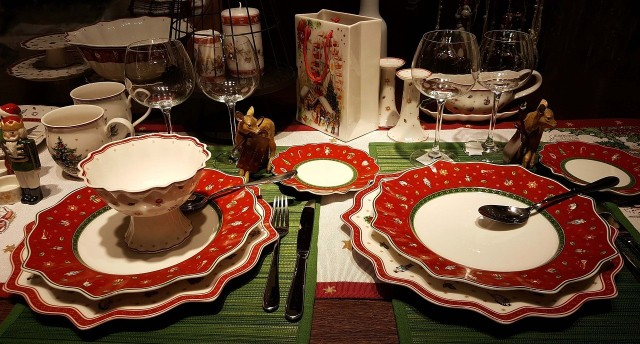 12 potraw wigilijnych to polska tradycja. Zanim na stole pojawią się potrawy wigilijne, a na zimowym niebie zabłyśnie pierwsza gwiazdka, na stół nakładamy biały obrus, a pod niego wkładamy trochę sianka. Potraw wigilijnych na stole ma być dokładnie dwanaście, a przynajmniej jedna z nich powinna mieć w składzie mak.
