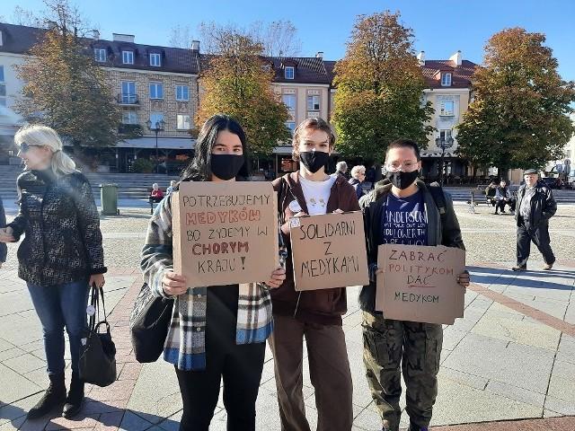 """Manifestacja """"Młodzi solidarnie z Protestem Medyków"""" na Rynku Kościuszki (10.10.2021 r.)."""