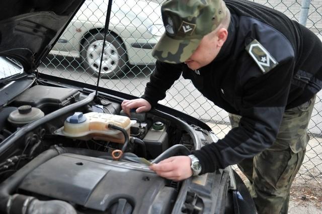 Podczas kontroli strażnicy graniczni dokładnie sprawdzają między innymi numeru samochodu. Okazuje się, że w wielu przypadkach znajdują się one w bazie aut skradzionych. Tak było w przypadku tego audi.