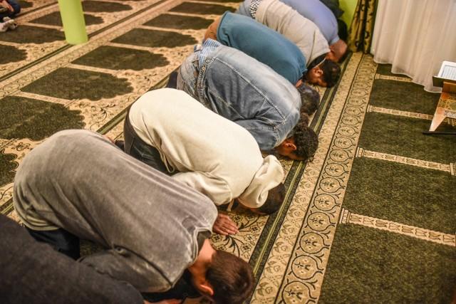 W związku z decyzją Rady Imamów przy Lidze Muzułmańskiej w RP, Muzułmańskie Centrum Kulturalno-Oświatowe jest zamknięte na okres 2 tygodni począwszy od środy 11 marca. W tym czasie nie odbędą się modlitwy piątkowe.