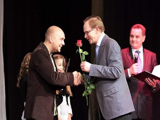 Nagrodę odbiera Daniel Frymark (z lewej), którego zdjęcia podziwiamy nie od dziś