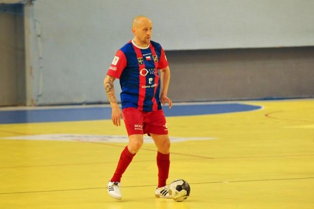 Tomasz Rabanda przez lata wyróżniał się na boisku m.in. dużym charakterem. Teraz jednak obok tego potrzebuje finansowego wsparcia na kosztowną rehabilitację, umożliwiającą mu powrót do pełni sprawności.