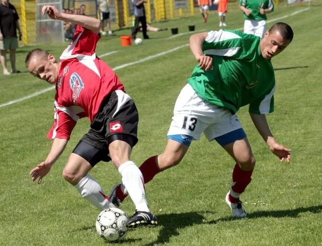 Z lewej bytowianin Piotr Łapigrowski walczy o piłkę z gryfitą Patrykiem Pytlakiem podczas jesiennego meczu na stadionie przy ul. Zielonej w Słupsku.